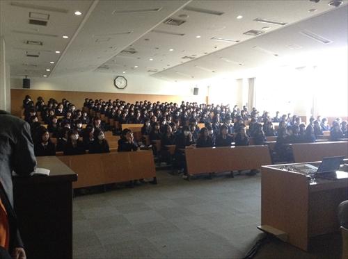 L吉田の講義に耳を傾ける聖霊生